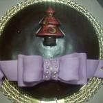torta sacher decorata con fiocco lilla in pasta di zucchero