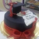 Torta di laurea con fiocco rosso e tocco decorato con perle argentee di zucchero